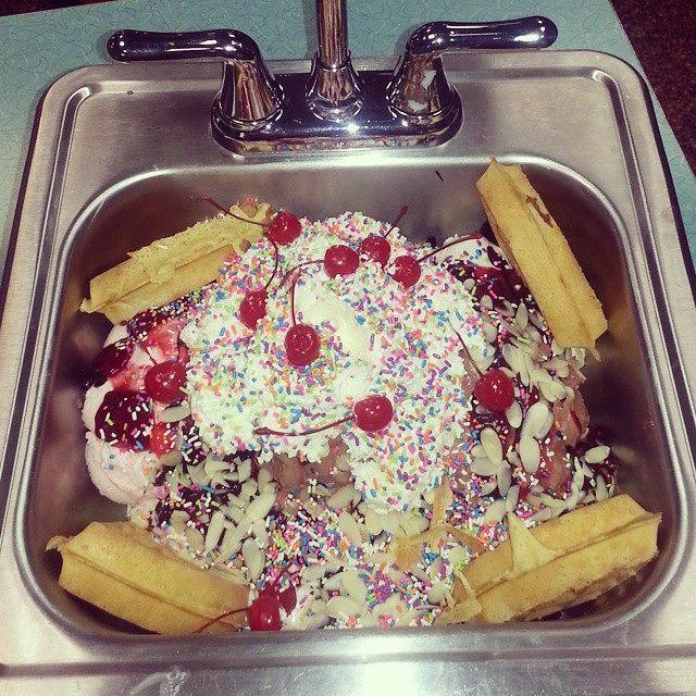 Krisch S Kitchen Sink Ice Cream Sundae Challenge Foodchallenges Com Foodchallenges Com